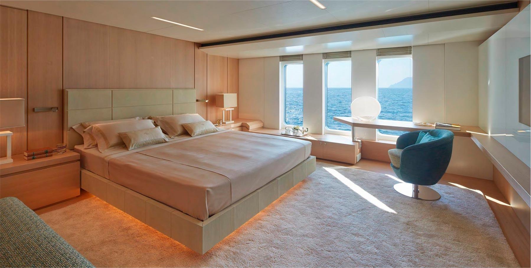 testata letto e giro letto in nabuk e pannellerie rivestite in pelle per soffitti