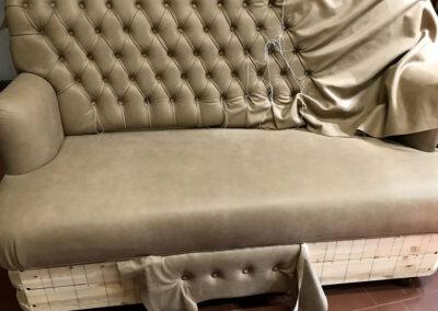 divano in capitonnè con pelle effetto antico