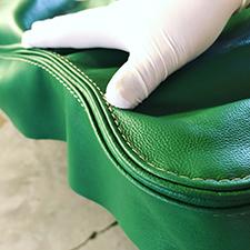 lavorazione pelle con cucitura a vista e cordonetto