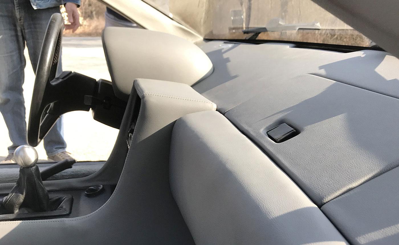 rifacimento cruscotto rivestito in pelle per DeLorean